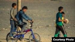 Моңғолия қазақтарының балалары ойнап жүр. Баян-Өлгий аймағы. (Көрнекі сурет)