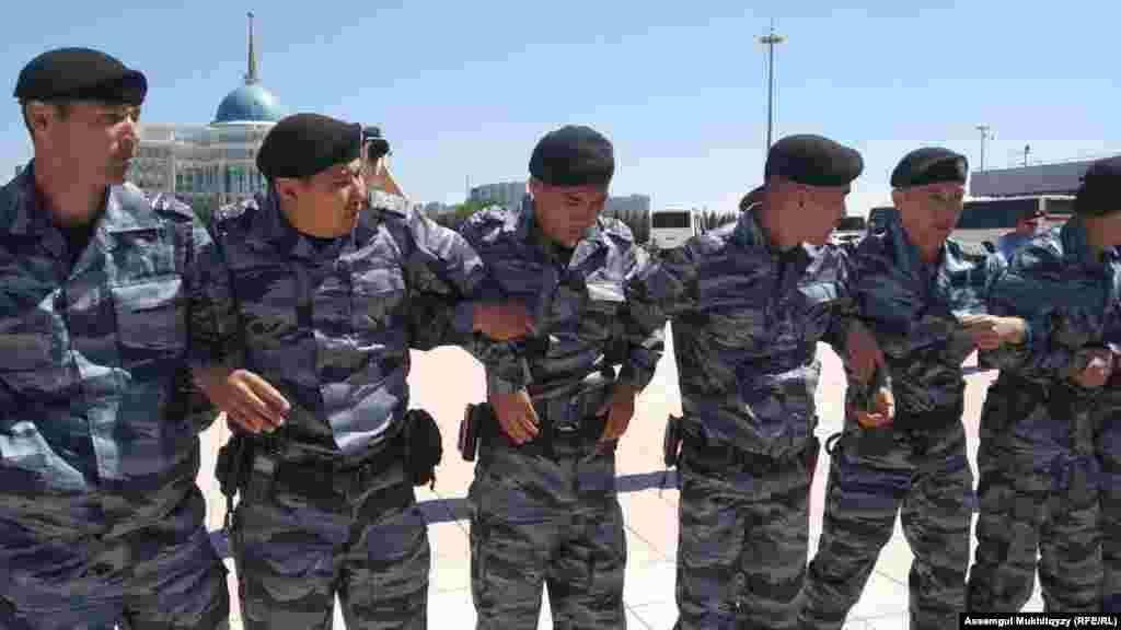 Полицейское оцепление вокруг протестовавших женщин.