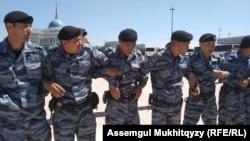 Кольцо, которое образовали сотрудники служб безопасности вокруг протестовавших на площади возле Акорды. Нур-Султан, 3 июня 2019 года.