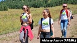 Көкжайлаудағы флешмобқа келген адамдар. Алматы, 10 тамыз 2014 жыл.