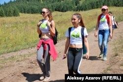 Участники флеш-моба «Защитим Кокжайляу». Алматы, 10 августа 2014 года.