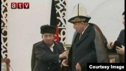 Абдул Рашид Достумга ооган кыргыздары чапан жаап, калпак кийгизүүдө. Сүрөт sary-kol.ru сайтынан алынды