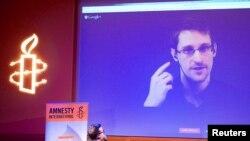 Edward Snowden video müsahibə verərkən, arxiv foto