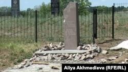 Памятник жертвам политических репрессий в поселке Жаугашты, сделанный руками заключенных, июнь 2012 года.