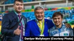 Главный тренер сборной Казахстана по дзюдо Ермек Иманбеков (в центре) рядом с призером Олимпиады в Рио-де-Жанейро Елдосом Сметовым (справа) и финалистом Олимпиады в Пекине Асхатом Житкеевым.