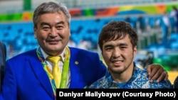 Қазақстан дзюдо құрамасының бас бапкері Ермек Иманбеков (оң жақта) пен Рио олимпиадасының күміс жүлдегері Елдос Сметов (сол жақта)