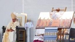 Papa Francisc, lângă o icoană care îi arată pe cei șapte episcopi martiri.