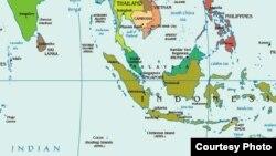 دریای آندامان (در بالای نقش در شمال اندونزی و مالزی) در غرب منطقهای است که جستوجو بر بر آن متمرکز بود. تنگه ملاکا درست در پایین آن بین مالزی و اندونزی قرار گرفته است. [برای بزرگ کردن نقشه روی آن کلیک کنید]
