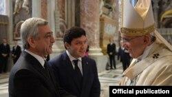 Президент Вірменії Серж Сарґсян (ліворуч) і папа Римський Франциск, 12 квітня