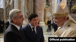 Рим папаси Фрэнсис I Арманистон президенти Серж Саргсян билан, Ватикан, 2015 йилнинг 12 апрели.