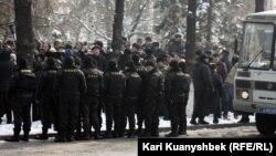 """Сотрудники специального подразделения полиции наблюдают за участниками """"митинга несогласных"""". Алматы, 25 февраля 2012 года."""