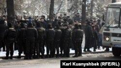 """Сотрудники полиции наблюдают за участниками """"митинга несогласных"""". Алматы, 25 февраля 2012 года."""