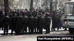 Алматыдағы қарсылық жиынын бақылап тұрған арнайы жасақ өкілдері. Алматы, 25 ақпан 2012 жыл. (Көрнекі сурет)