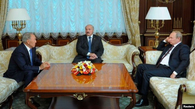 Kazakh President Nursultan Nazarbaev (left), Belarusian President Alyaksandr Lukashenka, and Russian President Vladimir Putin meet in Minsk on August 26.