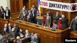 Опозиційні депутати блокують Верховну Раду, 5 березня 2013 року