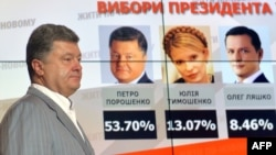 Ukraine -- Presidential candidate Petro Poroshenko walks in front of screen displaying results of the presidential elections in prior his press-conference in Kyiv, May 26, 2014