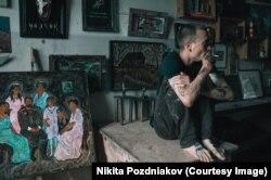 """Никита Поздняков с картиной """"Романовы"""" (2016)"""