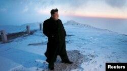 Հյուսիսային Կորեայի առաջնորդ Կիմ Չեն Ինը դիտում է մայրամուտը Պաեքթու սարի գագաթին, 18-ը ապրիլի, 2015թ.