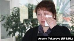 Татьяна Параскевич вытирает слёзы во время выступления на пресс-конференции по случаю её освобождения. Прага, 27 марта 2014 года.