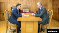 Глава Карачаево-Черкесии Рашид Темрезов с главой Адыге-Хабльского района Эдуардом Деревым, 31 октября 2017 года
