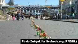 Улица Институтская в Киеве: цветы и свечи в честь погибших