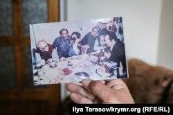 На знімку Андрій Сахаров (крайній зліва) і Мустафа Джемілєв (крайній праворуч) на одній із «квартирних» зустрічей правозахисників і активістів. Цю фотографію Джемілєв передав Умерову разом із листом, в якому просив припинити голодування