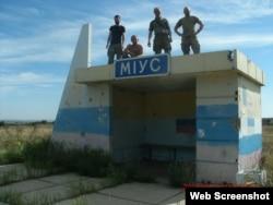 Владимир Скопинов (крайний справа) в районе Дебальцева в мае 2015 года, фото из аккаунта Вадима Васильева