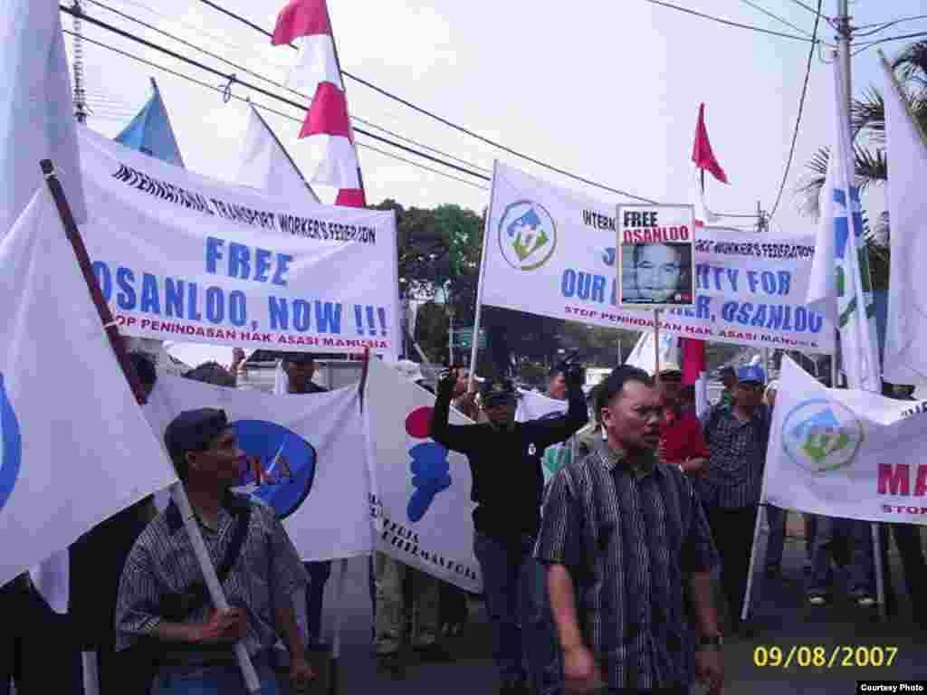 معترضین به بازداشت اسانلو در اندونزی