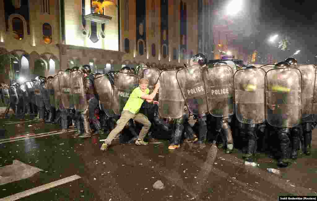 Полициягә каршы торучыларның берсе.