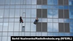 Промислові альпіністи на тлі фасаду одного з київських хмарочосів – бізнес-центру Gulliver