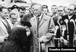 Мать одного из военнопленных, об освобождении которых договорился Аденауэр во время визита в Москву, в знак благодарности целует канцлеру руку. 1955 год