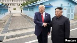 کیم جونگ اون رهبر کوریای شمالی حین مصافحه با دونالد ترمپ رئیس جمهور ایالات متحده امریکا. June 30, 2019