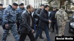 Крымский блогер Заир Акадыров (в центре) во время задержания.