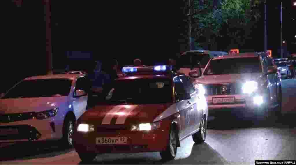 Автомобили с включенными спецсигналами на улице города. Второй день после трагедии