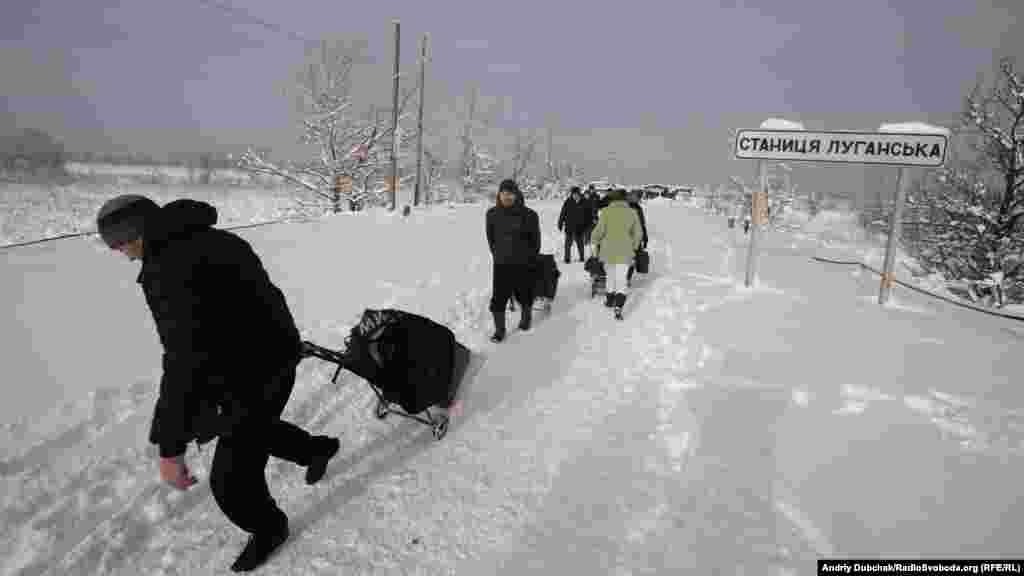 Більшість людей іде мовчки. Досить холодно, мінус 6 за цельсієм.«Тачечникам» теж не солодко через глибокій сніг, який випав уночі