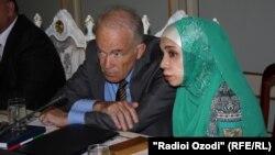 представитель ОБСЕ Маркус Мюллер и его переводчица в хиджабе