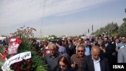 خبرگزاری ایسنا: مشایعتکنندگان٬ پیکر علی اشرف درویشیان را با سکوت٬ تشییع و با تصنیف «مرغ سحر» به خاک سپردند.