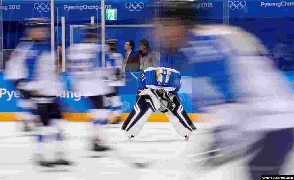 Хокей: Ноора Раті з Фінляндії розігрівається перед матчем. Жіноча збірна Фінляндії з хокею здобула бронзу в матчі проти олімпійських спортсменів із Росії з рахунком 3:2