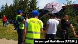 Неизвестные люди мешают оператору Азаттыка вести съемку. Нур-Султан, 9 мая 2019 года.