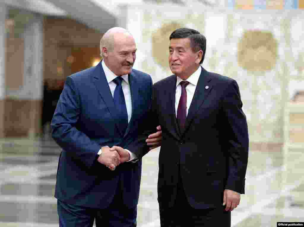 Лукашенко приветствовал Жээнбекова, который впервые участвует в сессии Совета коллективной безопасности ОДКБ.