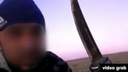 Кадр из видео, в котором представившийся «Хайруллой Нарметовым из Сайрама» человек говорит, что заколол жену ножом за отказ вернуться из чужой религии.