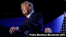 Майк Помпео за спиной Дональда Трампа.