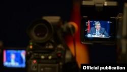 Президент Алмазбек Атамбаевдин билдирүүлөрүн ТВга тартуу учуру.