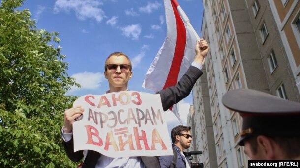 Зьміцер Дашкевіч падчас акцыі «Маладога фронту» на адкрыцьці графіці «Масква — Менск»
