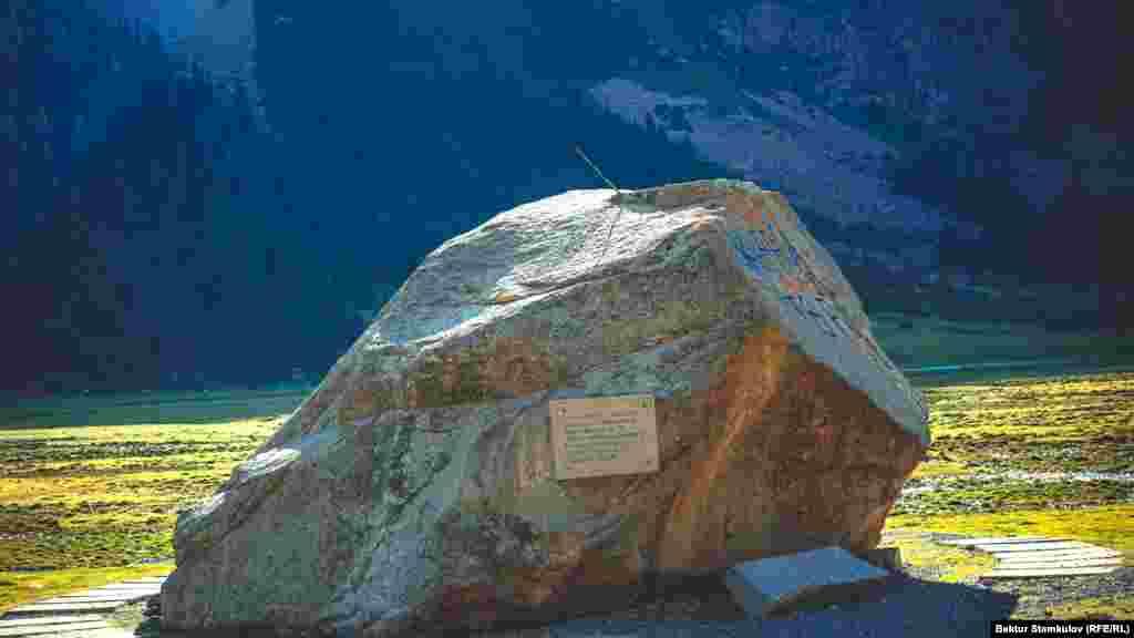 Түрген шатқалы. Энильчек ауылына қарай жол салған жұмысшылардың құрметіне орнатылған ескерткіш