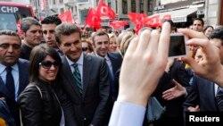 Оппозиционный кандидат на пост мэра Стамбула Мустафа Сарыгюль (третий слева) среди своих сторонников. Стамбул, 27 марта 2014 года.