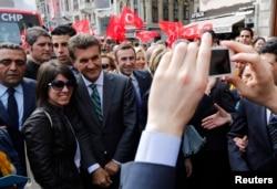 Кандидат в мэры Стамбула от Республиканской народной партии Мустафа Сарыгуль фотографируется со своими сторонниками
