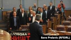 """Poslanici Demokratskog fronta (DF) skandiraju Milu Đukanoviću """"Milo, lopove"""", 13. maj 2016."""