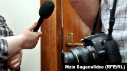 Партнером АРСМИРА по внесению поправок в закон «О праве на доступ к информации» является чешская неправительственная организация «Несехнути», которая помогала ассоциации в стратегическом планировании и проведении общественной кампании при реализации этого проекта
