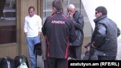 Трудовые мигранты в ереванском аэропорту